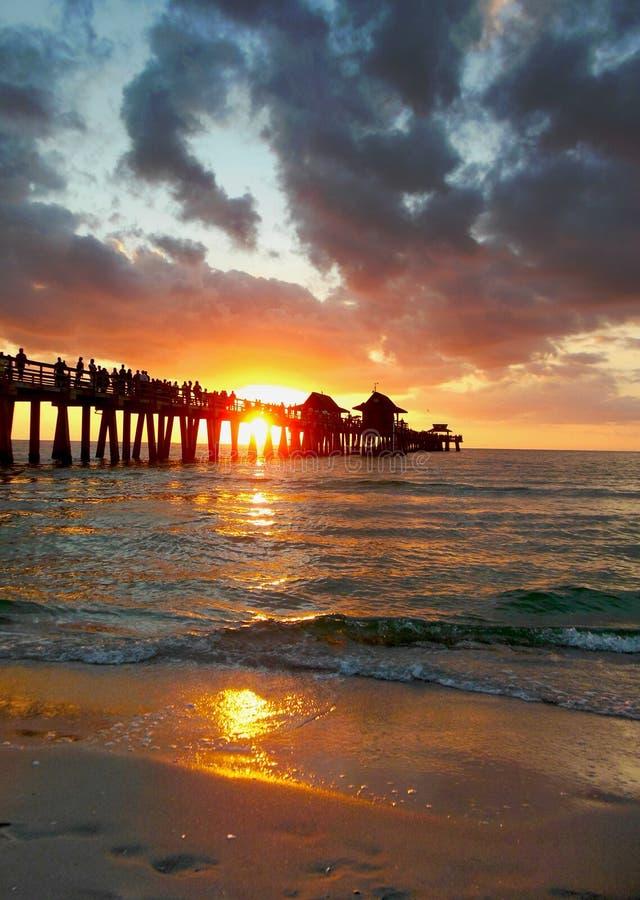 Por do sol de Nápoles Florida no cais fotografia de stock royalty free