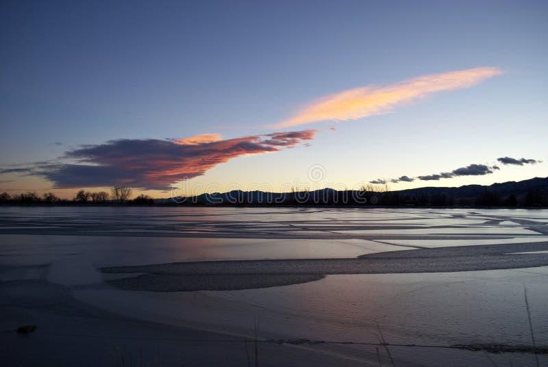 Por do sol de nivelamento bonito sobre o lago Céu colorido Por do sol fotos de stock royalty free