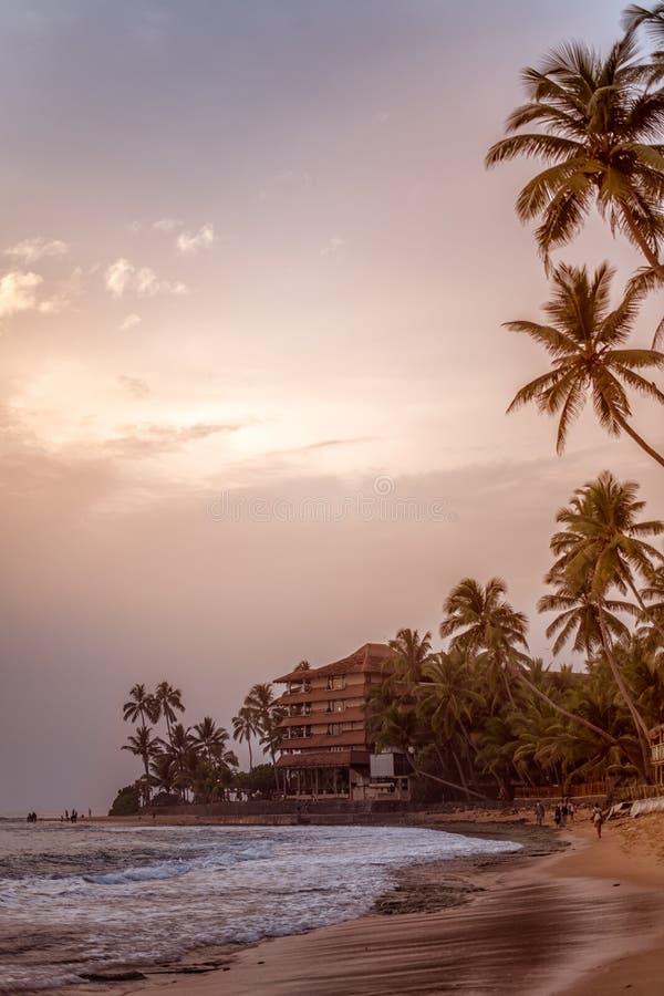 Por do sol de nivelamento tranquilo bonito sobre o Oceano Índico na praia de Sri Lanka em Hikkaduwa fotos de stock