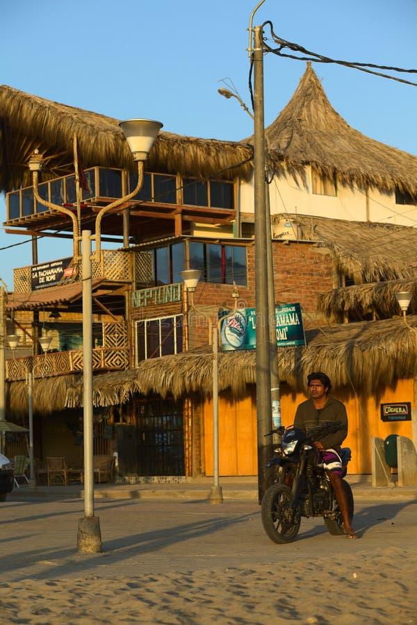 Por do sol de observação do motociclista em Mancora, Peru foto de stock