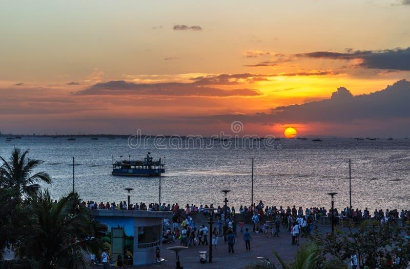 Por do sol de observação dos povos na baía de Manila nas Filipinas fotos de stock