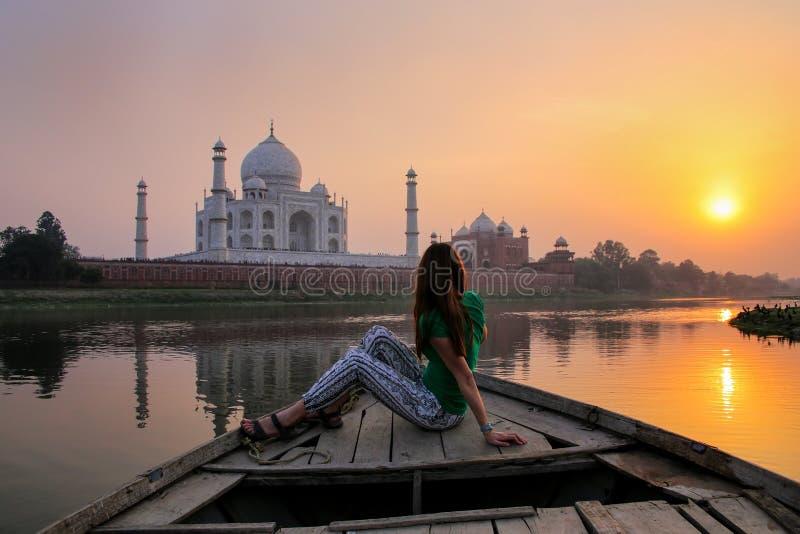 Por do sol de observa??o da mulher sobre Taj Mahal de um barco, Agra, ?ndia fotografia de stock royalty free