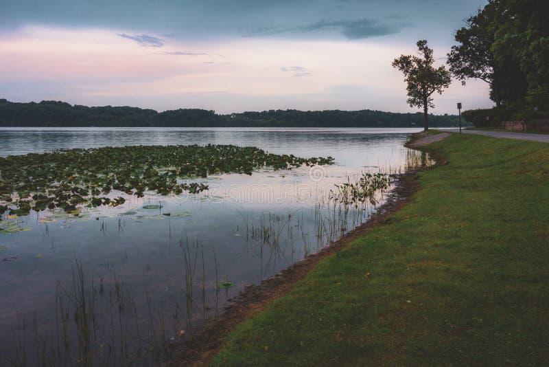 Por do sol de pedra do lago fotos de stock