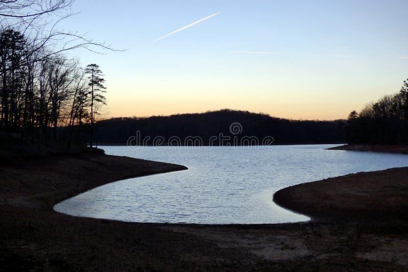 Por do sol de prata líquido no lago Lanier foto de stock