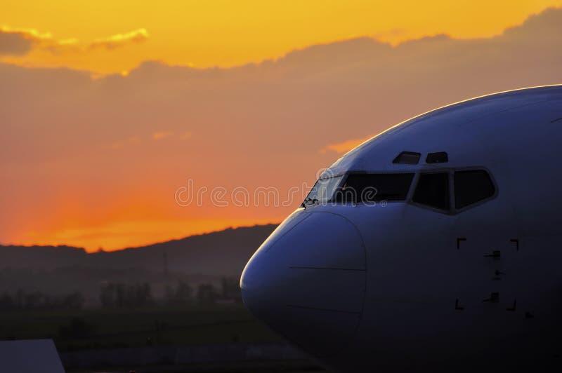 Por do sol de surpresa de Boeing no AEROPORTO de BACAU imagens de stock royalty free