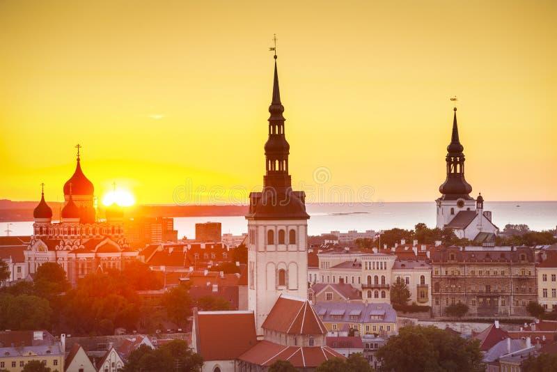 Por do sol de Tallinn Estônia imagem de stock