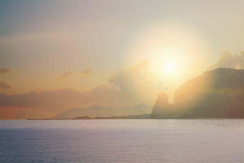 Por do sol de Terracina, Latina, Itália Paisagem italiana imagem de stock