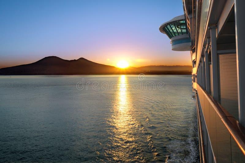 Por do sol e navio de cruzeiros foto de stock royalty free
