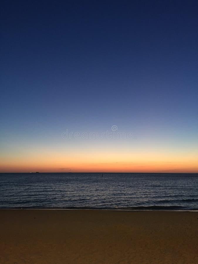 Por do sol de uma noite de verão em Saint Kilda Beach, Victoria, Austrália fotografia de stock royalty free