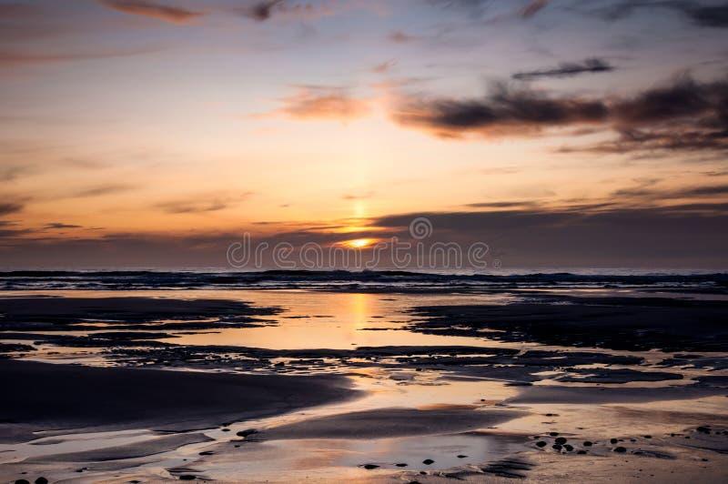 Por do sol de uma praia em Escócia foto de stock