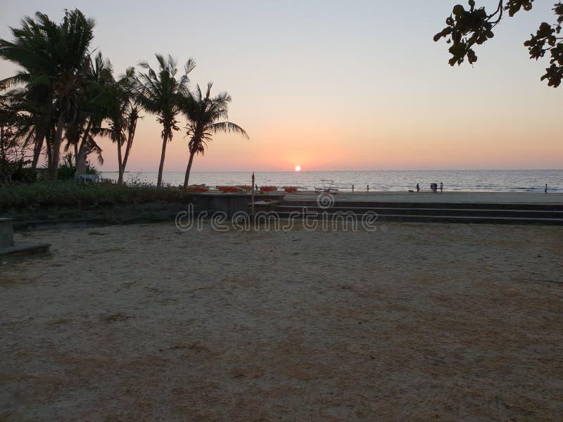 Por do sol de uma praia em Ilocos Norte, Filipinas fotografia de stock