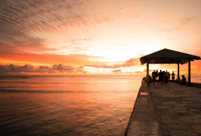 Por do sol de Waikiki do cais do cimento fotografia de stock