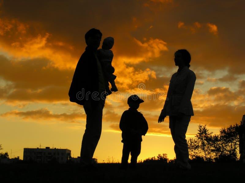 Por do sol do agregado familiar com quatro membros fotografia de stock