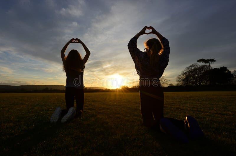 Por do sol do amor fotografia de stock