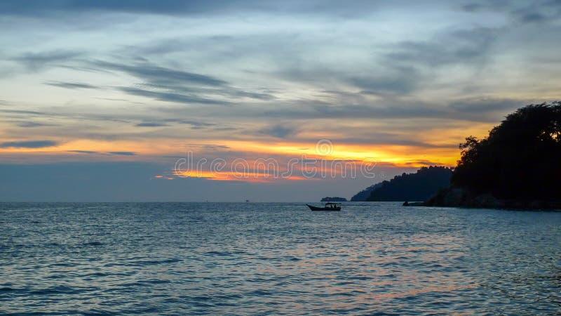 Por do sol do Batik de Teluk imagens de stock