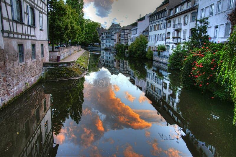 Por do sol do canal de água de França Strasbourg foto de stock royalty free