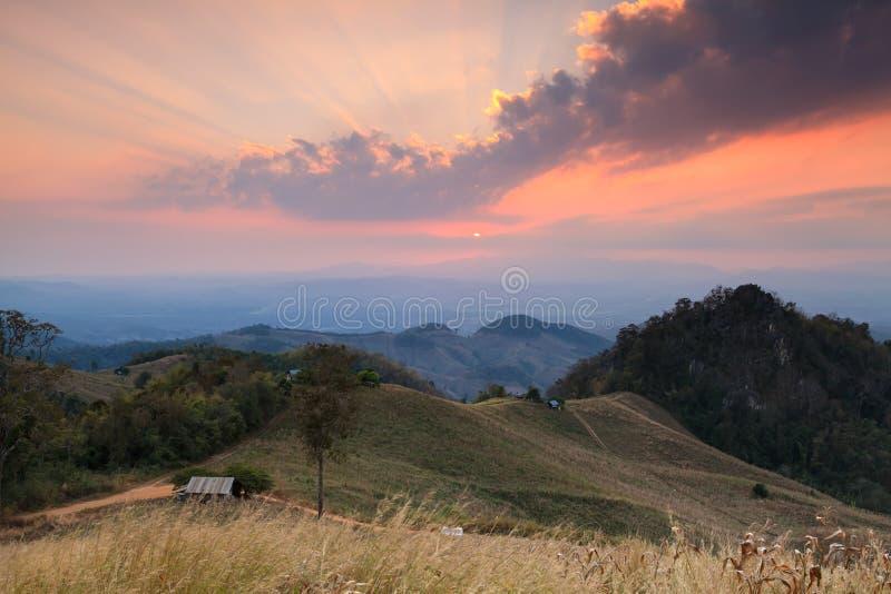 Por do sol do cenário da montanha em Nan, Tailândia foto de stock