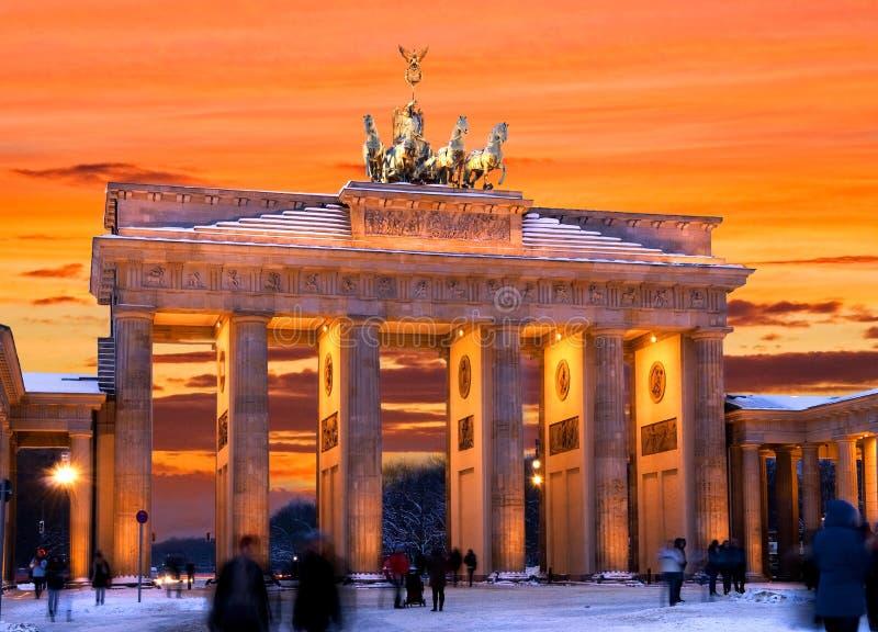 Por do sol do inverno do tor do brandenburger de Berlim fotografia de stock