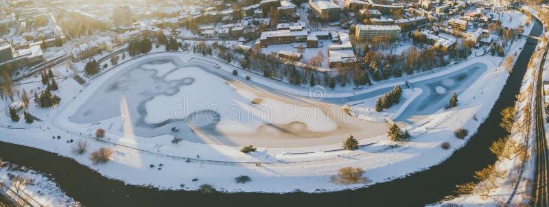 Por do sol do inverno no centro da cidade de Panevezys, Lituânia fotografia de stock
