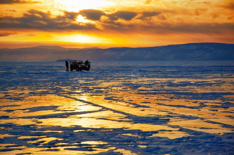 Por do sol do inverno sobre o lago Baikal fotos de stock
