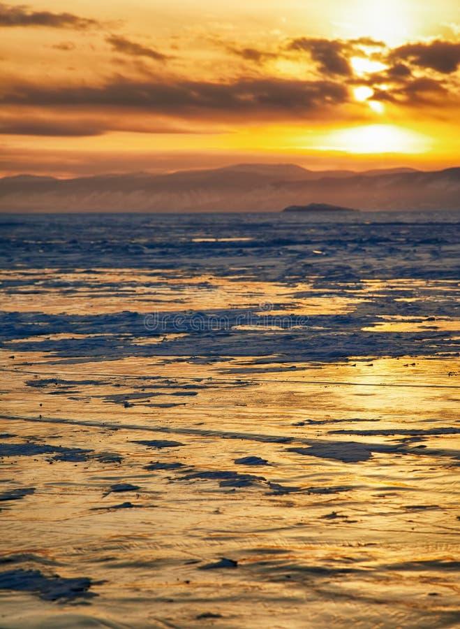 Por do sol do inverno sobre o lago Baikal imagem de stock royalty free