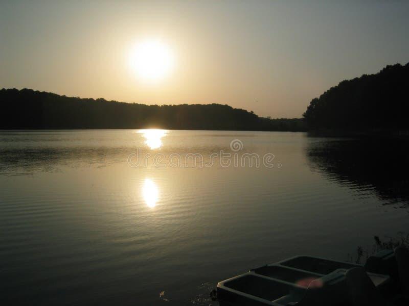 Por do sol do lago imagem de stock royalty free