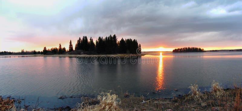 Por do sol do lago Astotin, parque nacional da ilha dos alces foto de stock royalty free