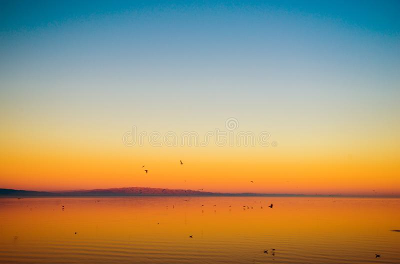 Por do sol do lago california imagem de stock royalty free