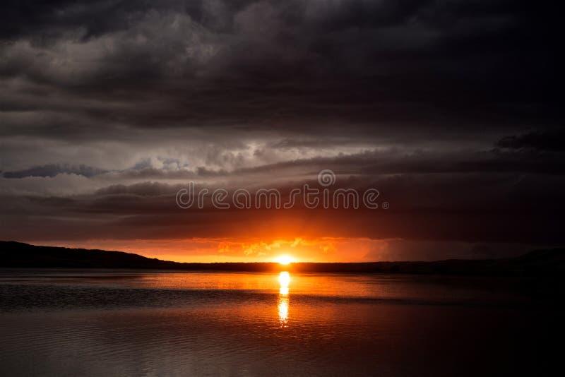 Por do sol do lago clouds de tempestade fotografia de stock