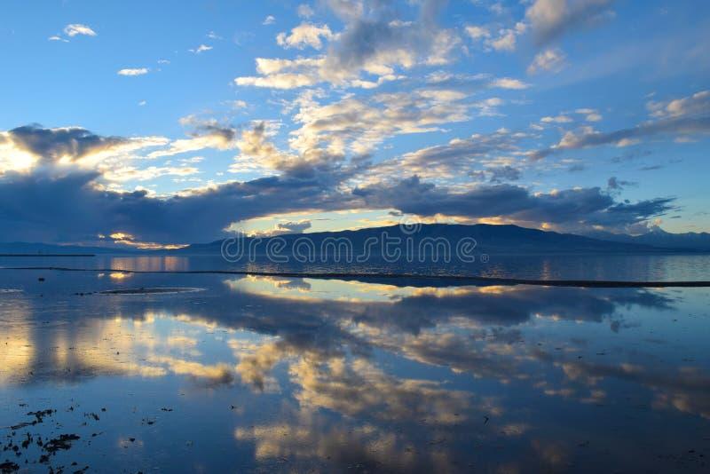 Por do sol do lago utah imagem de stock