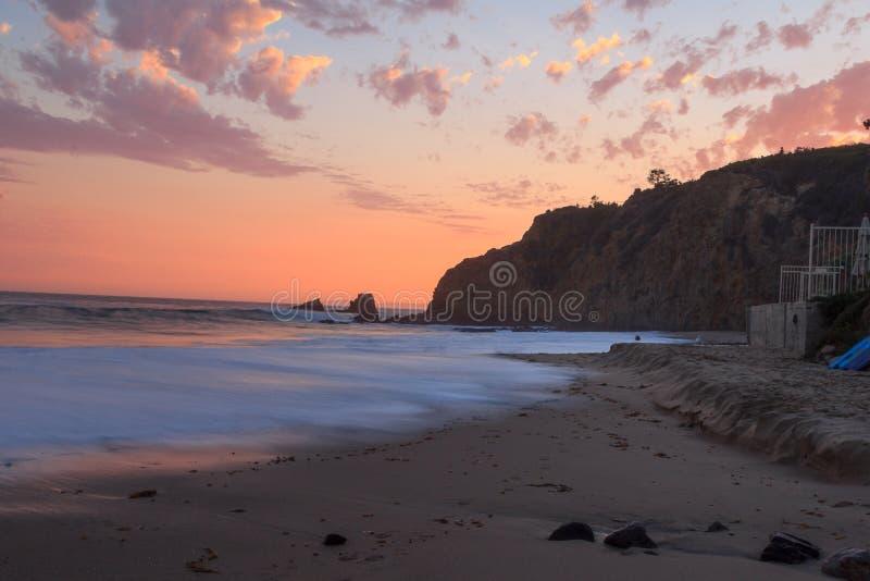 Por do sol do Laguna Beach, praia de Crescent Bay imagem de stock royalty free