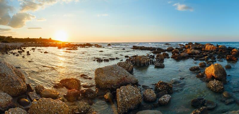Por do sol do litoral do verão (Grécia, Zakynthos, Alykes, mar Ionian) fotos de stock