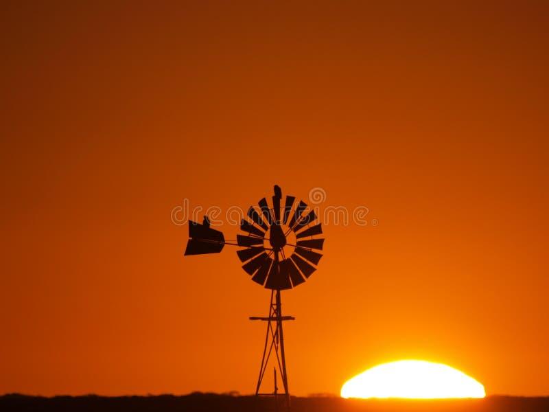Por do sol do moinho de vento imagens de stock
