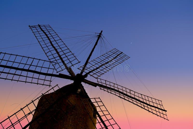 Por do sol do moinho de vento do moinho de vento de Balearic Island imagem de stock royalty free