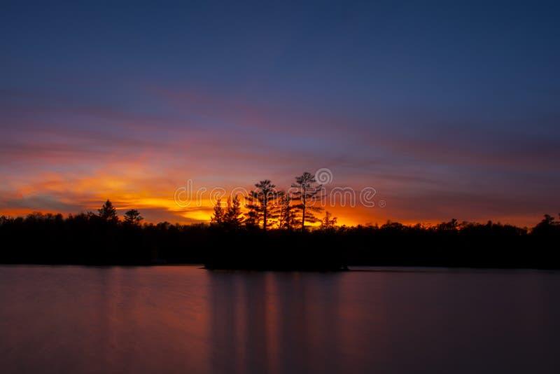 Por do sol do norte sobre o lago imagens de stock
