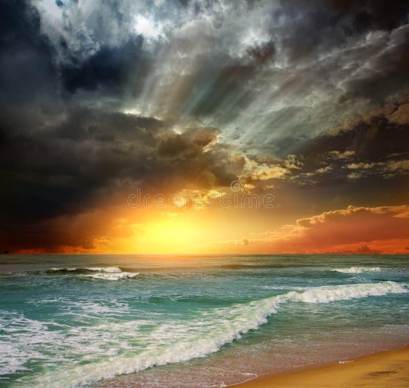 Por do sol do oceano da praia do insensatez imagens de stock