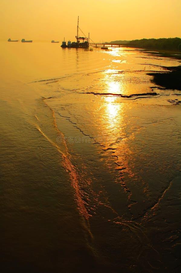 Por do sol do rio foto de stock
