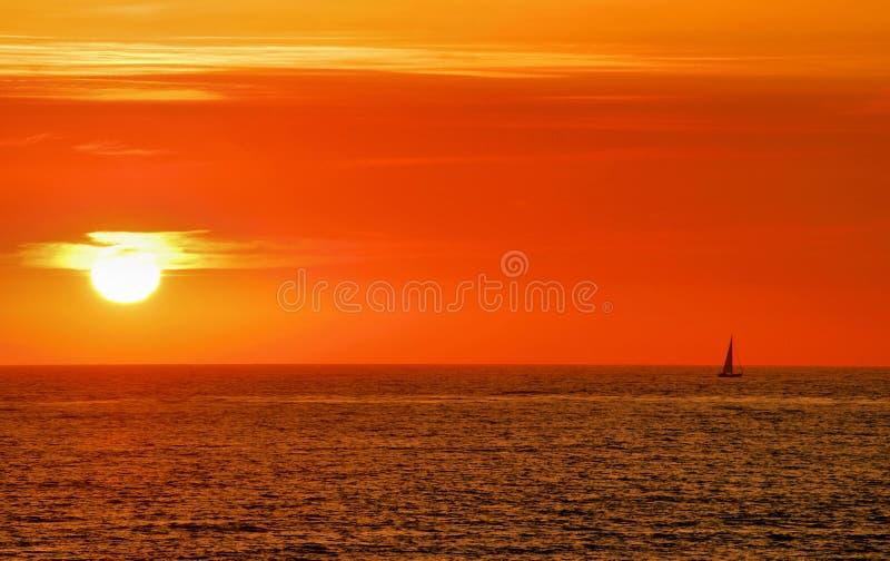 Por do sol do Sailboat foto de stock