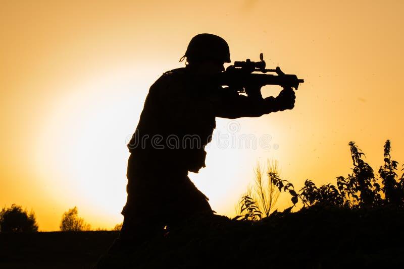 Por do sol do soldado no uniforme imagens de stock