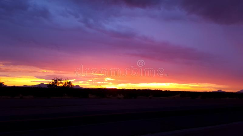 Por do sol do sudoeste da monção do Arizona no roxo fotos de stock royalty free