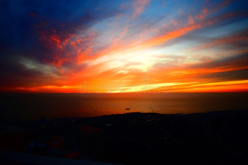 Por do sol dos subúrbios de Beirute no por do sol ambarino chehwan de Rabwe do cartucho de Líbano Médio Oriente e em cores vívida fotos de stock royalty free