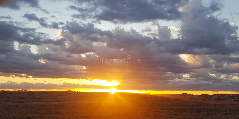 Por do sol dourado bonito fotos de stock