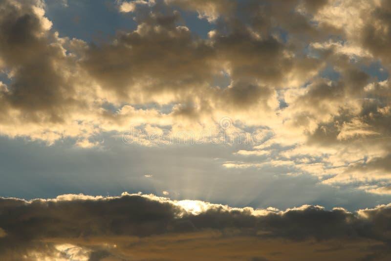 Por do sol dourado com nuvens fotografia de stock