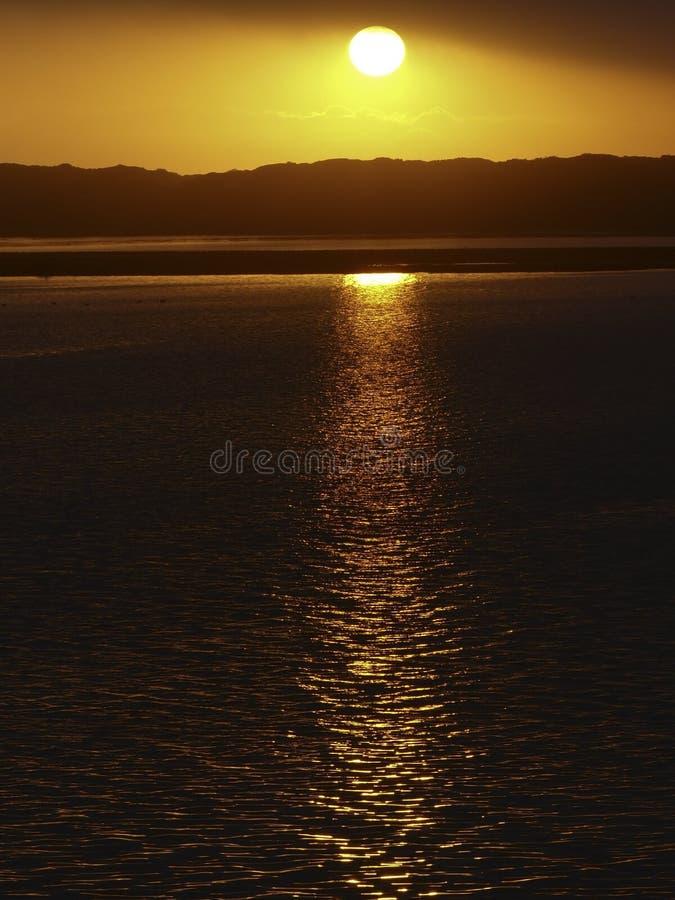 Por do sol dourado na baía de Morro, CA imagens de stock