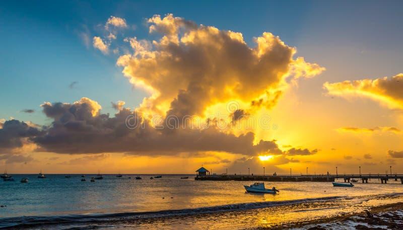Por do sol dourado nas Caraíbas foto de stock royalty free