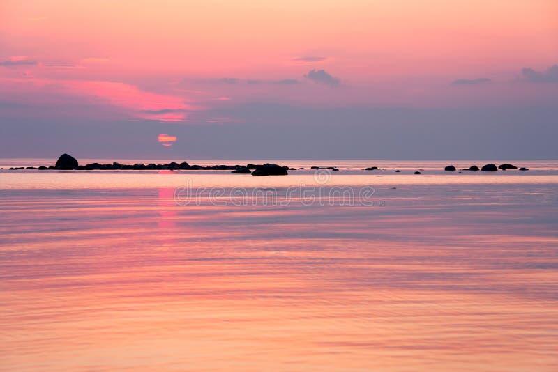 Por do sol dourado no mar imagem de stock royalty free