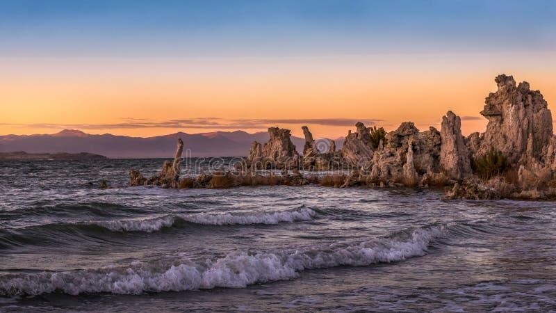 Por do sol dourado no mono lago, Lee Vining, Califórnia foto de stock