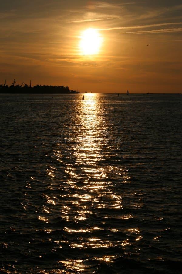 Por do sol dourado no rio foto de stock royalty free