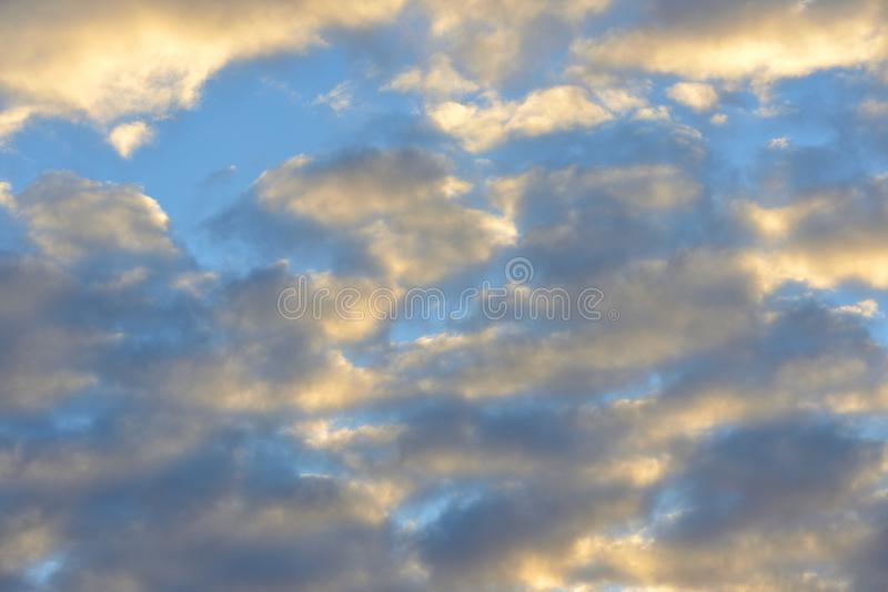 Por do sol dourado Paisagem celestial fotografia de stock