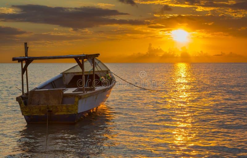 Por do sol dourado sobre o mar imagem de stock